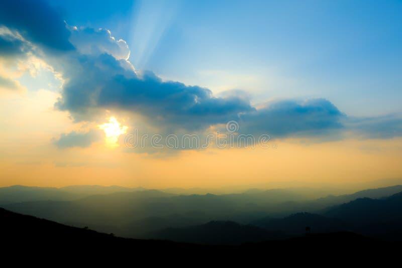 Por do sol fantástico da paisagem no vale nevoento da floresta do outono, fundo místico do vale, cores azuis imagens de stock