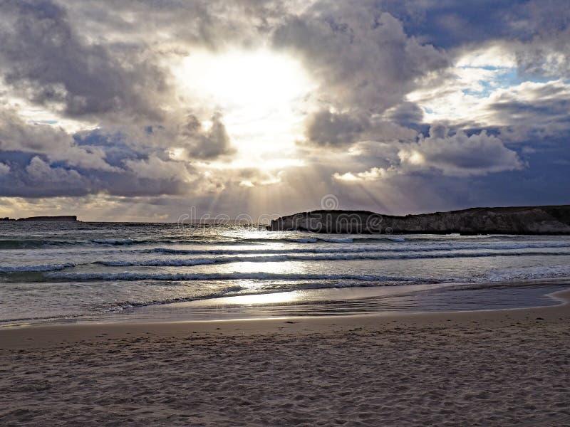 Por do sol fora da costa de Baleal, Portugal imagens de stock