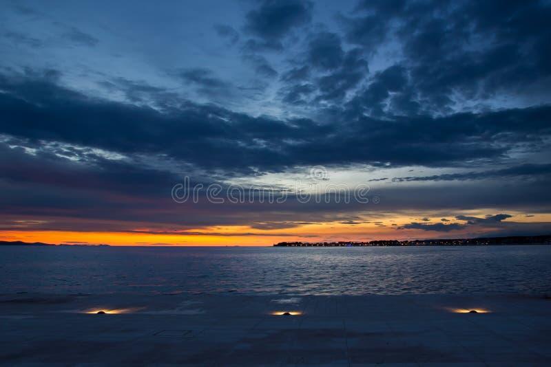 Por do sol fora da costa de Zadar, Croácia fotografia de stock