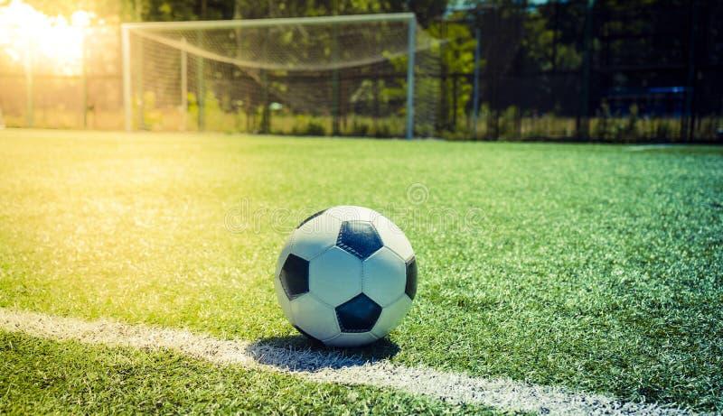 Por do sol do futebol Futebol no por do sol Bola de futebol do close up na GR imagens de stock royalty free
