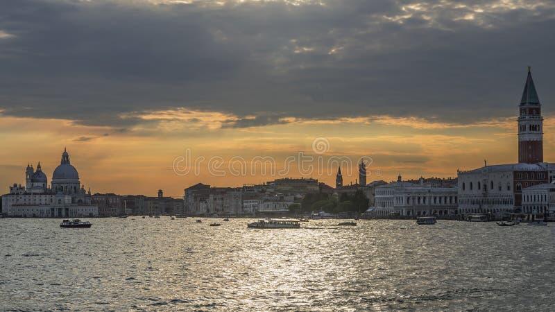 Por do sol glorioso na lagoa Venetian, Veneza, Itália foto de stock