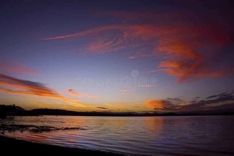 Por do sol glorioso na represa de Kinchant fotografia de stock