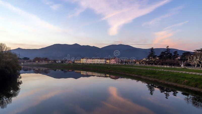 Por do sol glorioso na vila encantador de Tuscan de Calcinaia, Pisa, Itália imagens de stock