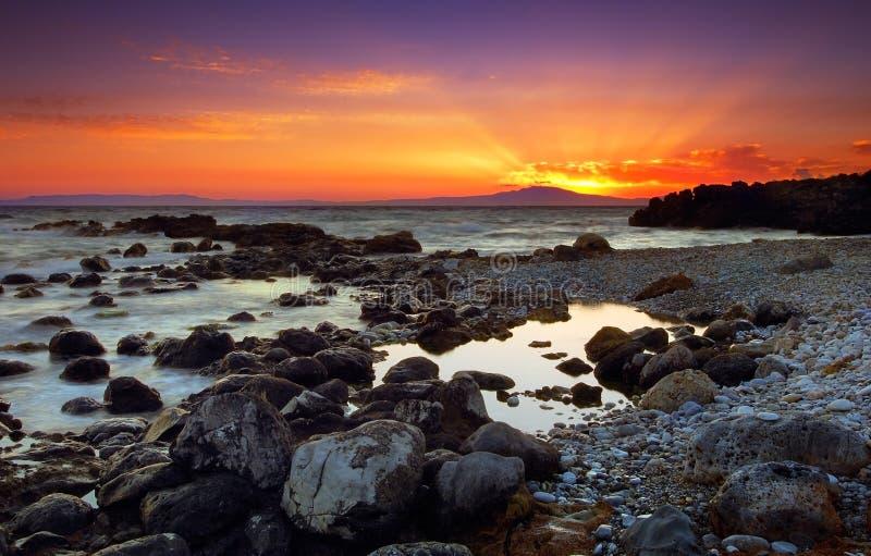 Por do sol glorioso sobre rochas fotografia de stock