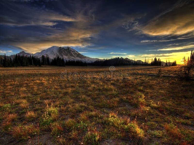 Por do sol grande e Monte Rainier do parque imagens de stock