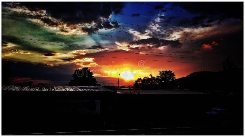 Por do sol grande na cidade imagem de stock
