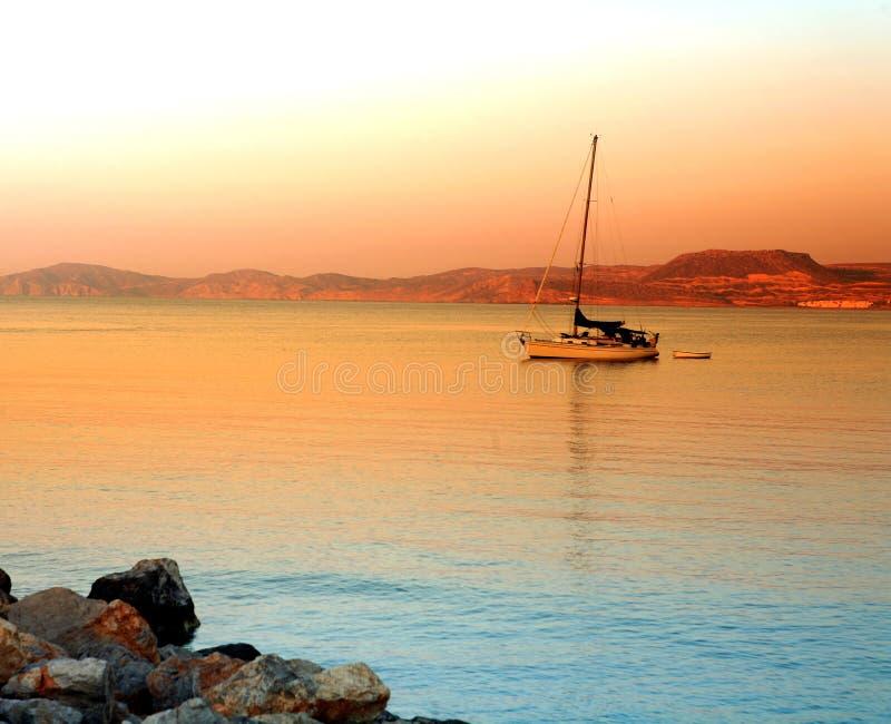 Por do sol grego do barco de Crete Sitea   imagens de stock