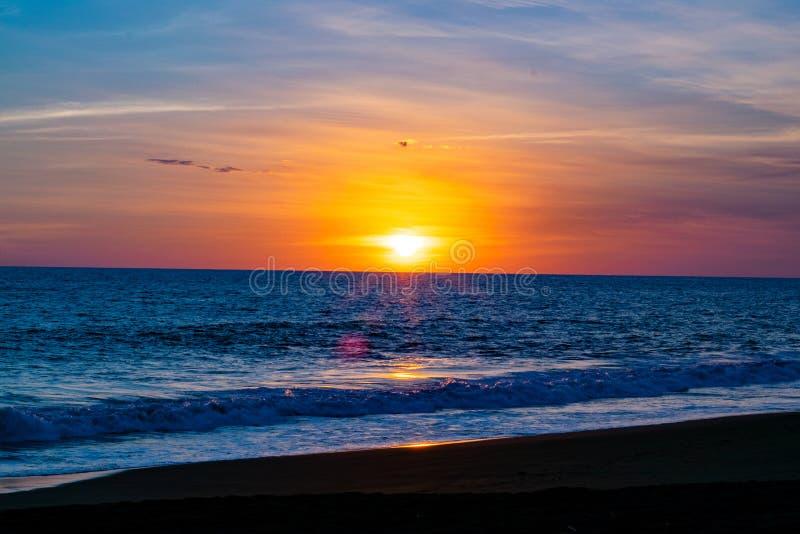 Por do sol guatemalteco da praia fotografia de stock royalty free