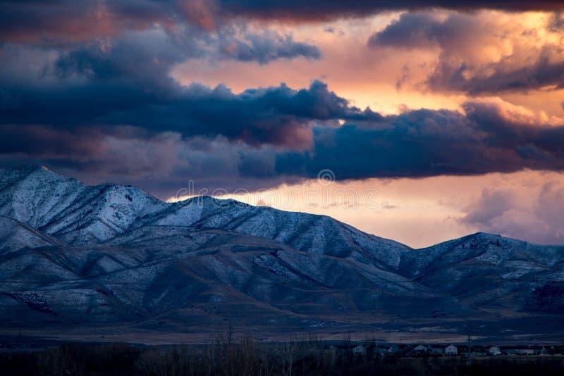 Por do sol impressionante acima de Rocky Mountains imagem de stock royalty free