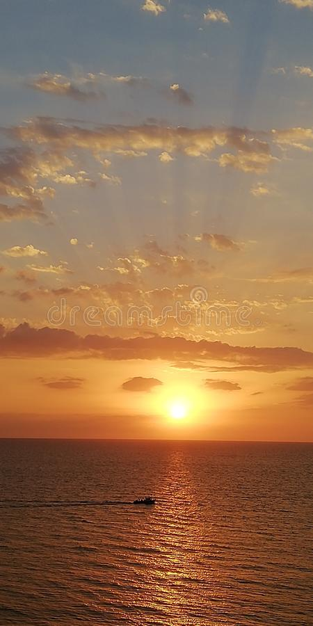 Por do sol incomum do mar Os raios do sol perfuram as nuvens Fen?meno atmosf?rico fotos de stock