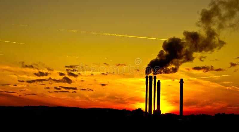 Por do sol industrial foto de stock