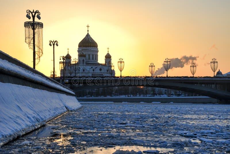 Por do sol do inverno atrás de Cristo a catedral do salvador fotografia de stock
