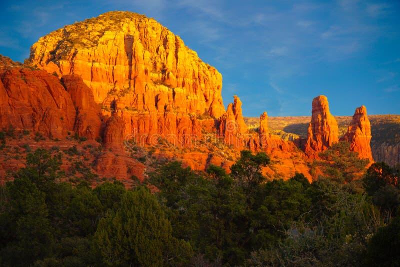 Por do sol do inverno nas rochas vermelhas de Sedona fotos de stock royalty free