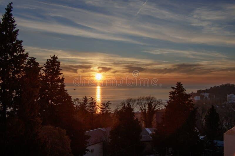 Por do sol do inverno no Mar Negro Vista do balc?o do hotel foto de stock royalty free