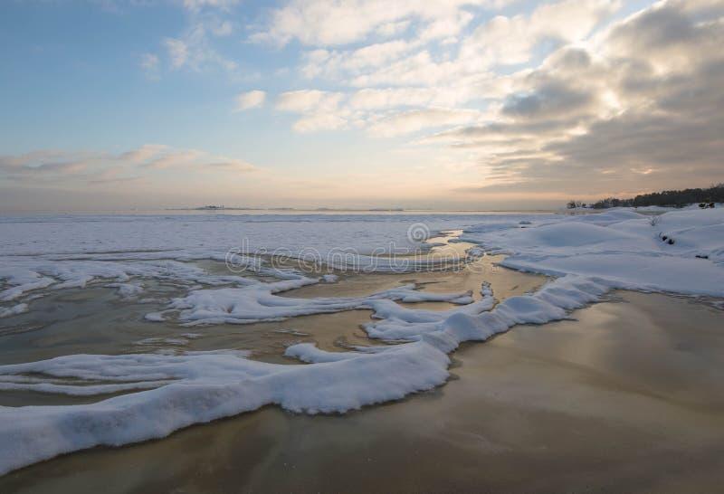 Por do sol do inverno pela praia imagens de stock royalty free