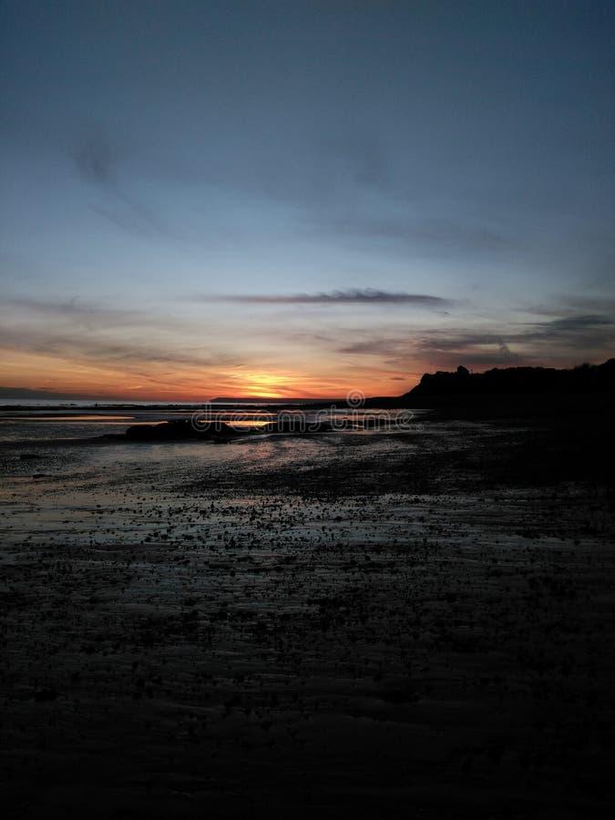 Por do sol do inverno - praia de Bexhill fotografia de stock