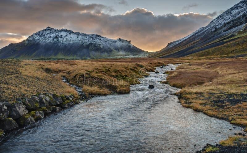 Por do sol islandês sobre o rio e o vulcão de Snaefellsjokull imagens de stock