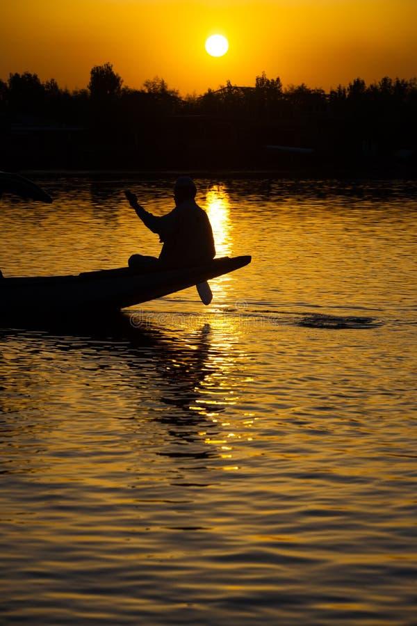 Por do sol Kashmir de Srinagar do lago Dal do barqueiro fotos de stock