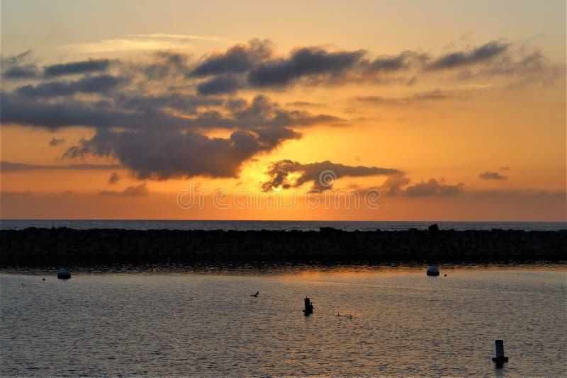 Por do sol do lado do oceano de Portifino Califórnia em Redondo Beach, Califórnia, Estados Unidos imagens de stock