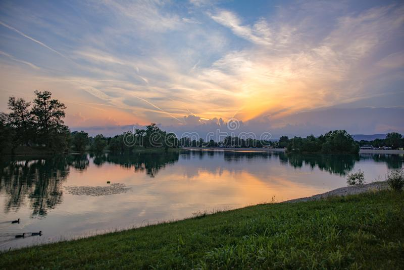Por do sol do lago Jarun fotos de stock