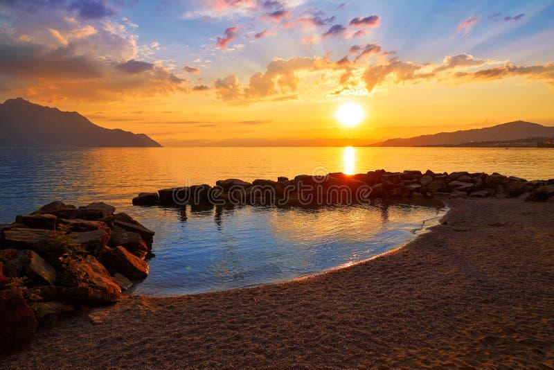 Por do sol do lago leman Geneva em Suíça foto de stock