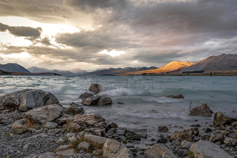 Por do sol, lago Tekapo e montanhas, Nova Zelândia imagens de stock