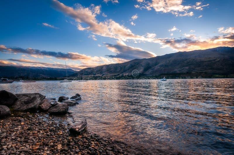 Por do sol do lago Wanaka, Nova Zelândia fotografia de stock royalty free