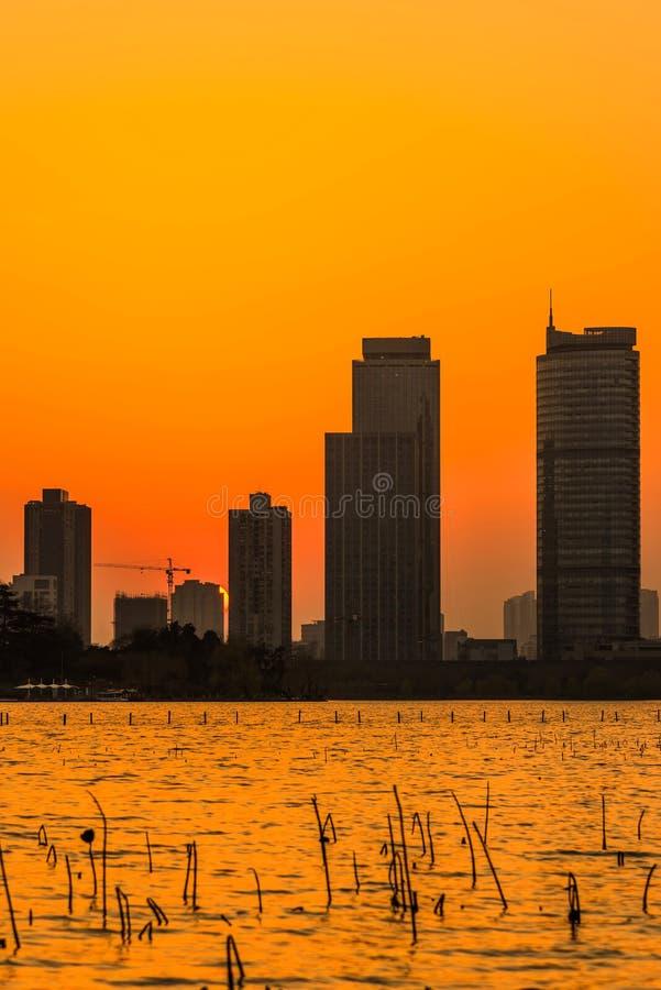 Por do sol do lago Xuanwu imagem de stock