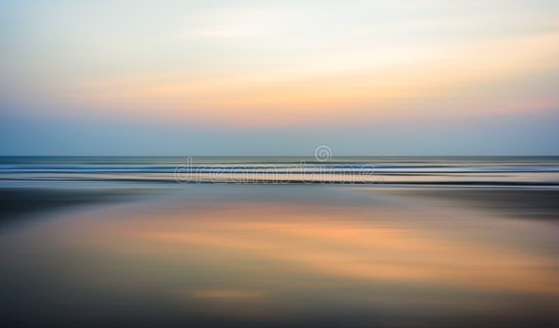 Por do sol largo do horizonte do oceano imagem de stock