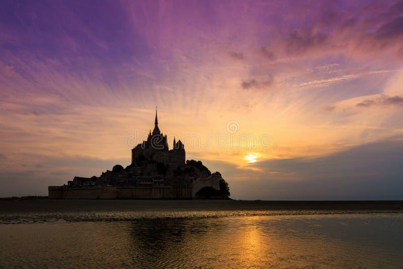 Por do sol do Le Mont Saint-Michel fotos de stock