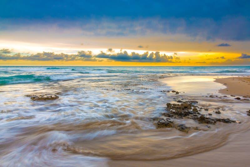 Por do sol lindo na costa em Jamaica fotos de stock