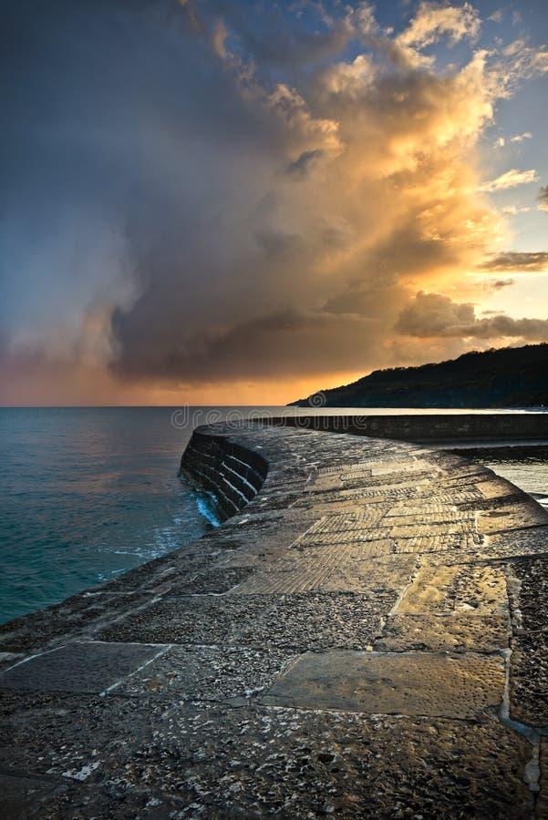 Por do sol litoral dramático imagens de stock royalty free