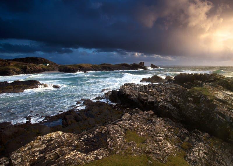 Por do sol litoral dramático fotos de stock