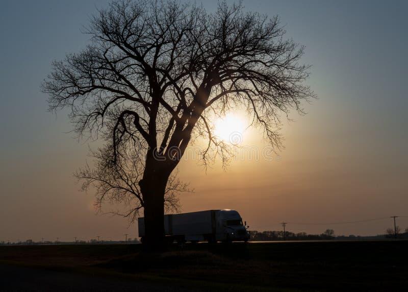 Por do sol do longo-curso nas pradarias foto de stock