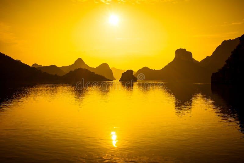 Por do sol longo da baía do Ha fotos de stock