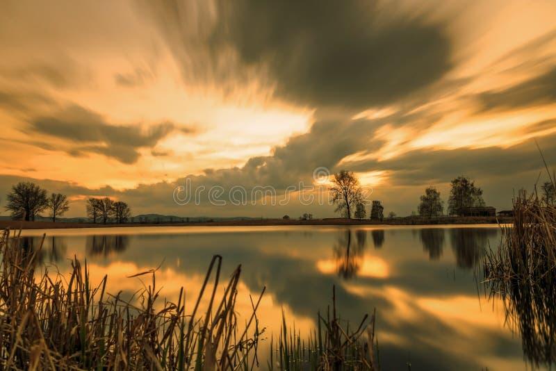 Por do sol longo magnífico do lago da exposição imagens de stock royalty free