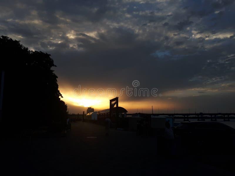 Por do sol m?gico de Dnieper em todas as cores foto de stock royalty free