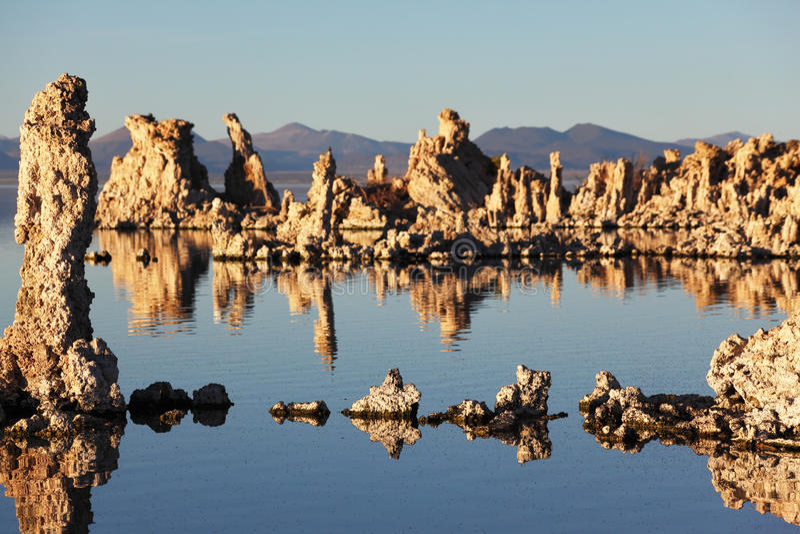 Por do sol mágico no mono lago imagem de stock royalty free