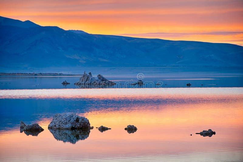 Por do sol mágico no mono lago em Califórnia, EUA fotos de stock royalty free