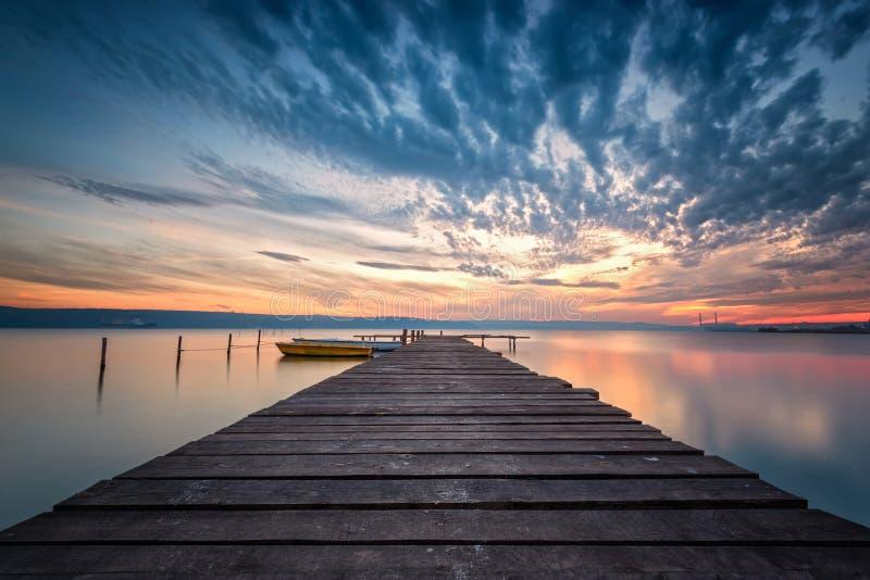 Por do sol magnífico do lago imagens de stock royalty free