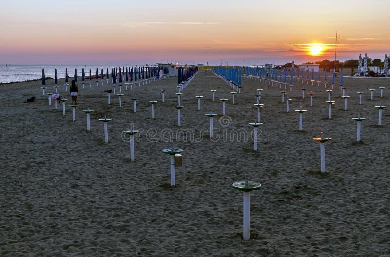 Por do sol magnífico na praia de Grado, Gorizia, Friuli Venezia Giulia, Itália imagens de stock royalty free