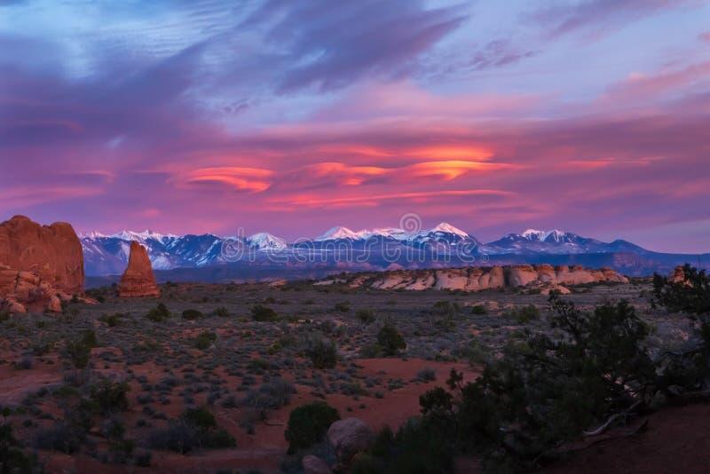 Por do sol magnífico nas montanhas do Sal do La com formações espirais da nuvem no parque nacional dos arcos imagem de stock