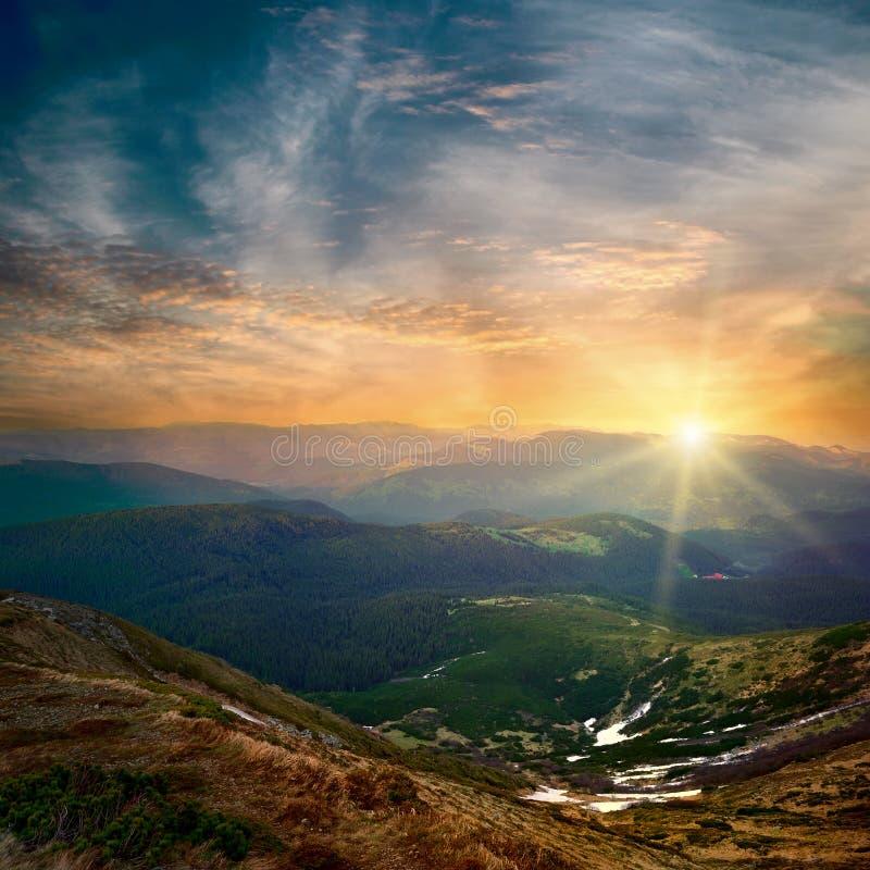 Por do sol majestoso da montanha imagem de stock