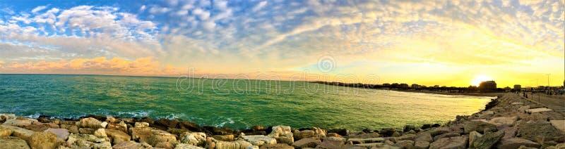 Por do sol, mar e cores no porto turístico de Civitanova Marche fotos de stock royalty free