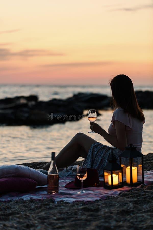 Por do sol do mar do verão Piquenique romântico na praia Garrafa do vinho, imagens de stock