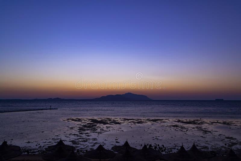Por do sol maravilhoso no Sharm-el-Sheikh, Egito sobre a ilha de Tiran, com referência a fotos de stock royalty free