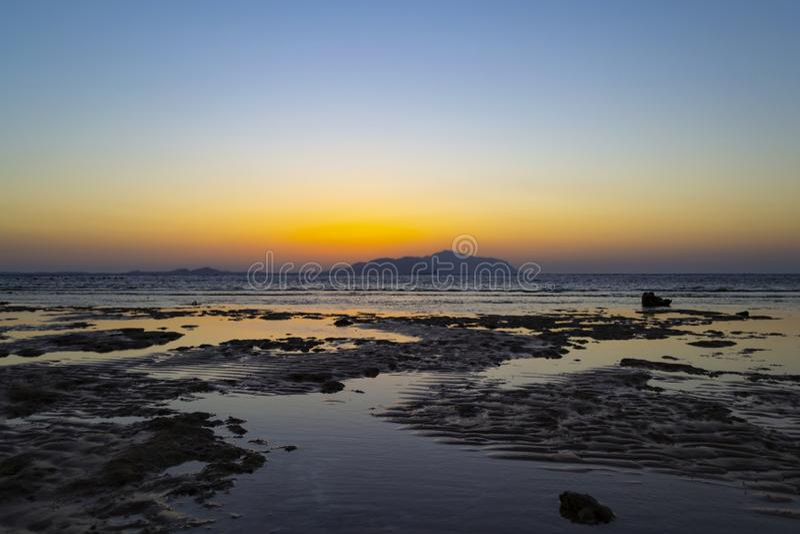 Por do sol maravilhoso no Sharm-el-Sheikh, Egito sobre a ilha de Tiran, com referência a foto de stock
