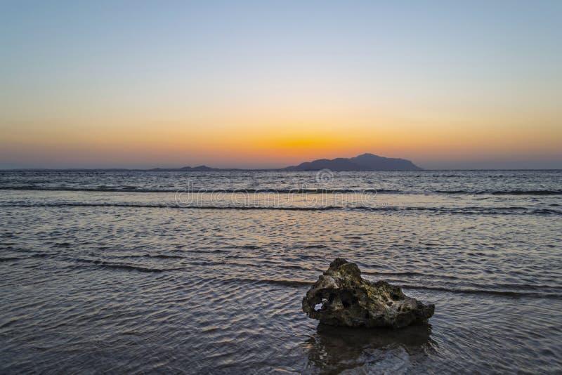 Por do sol maravilhoso no Sharm-el-Sheikh, Egito sobre a ilha de Tiran, com referência a imagem de stock royalty free
