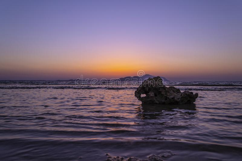 Por do sol maravilhoso no Sharm-el-Sheikh, Egito sobre a ilha de Tiran, com referência a fotografia de stock