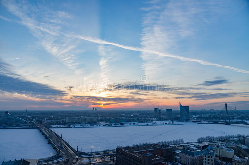 Por do sol maravilhoso sobre a cidade de Riga no inverno foto de stock royalty free